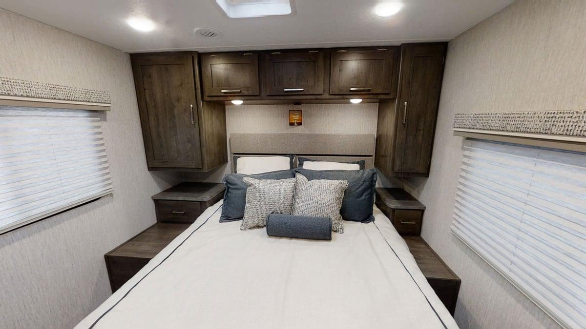 Coachmen RV Pursuit Precision 27XPS Bedroom